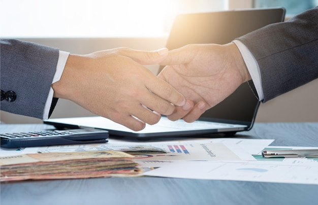 Gesto de empresário, apertando a mão para negociação de negociação bem sucedida. eles alcançam e desfrutam com a reunião de negócios de marketing entre fornecedor e cliente.