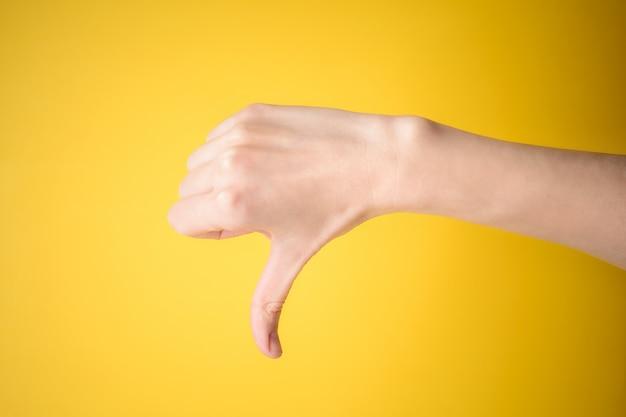 Gesto de mão de mulher polegar para baixo