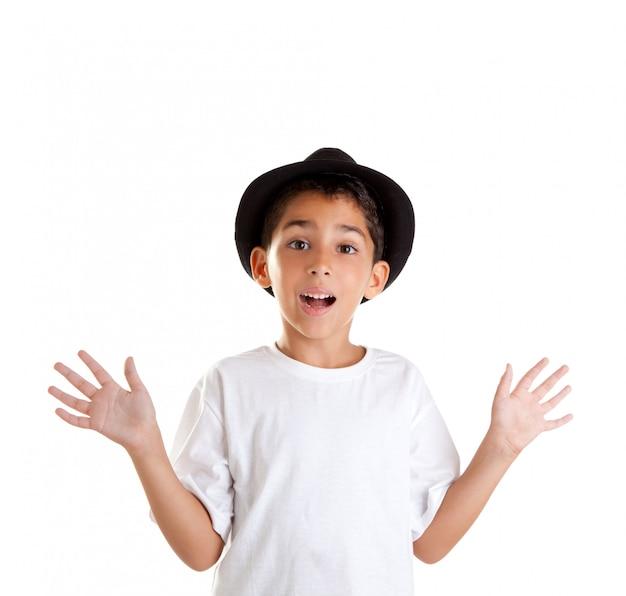 Gesto de menino com chapéu preto, isolado no fundo branco