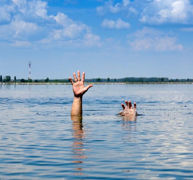 Gesto de um homem que afunda