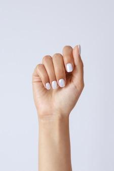 Gesto e sinal, mão feminina segura algo aceso