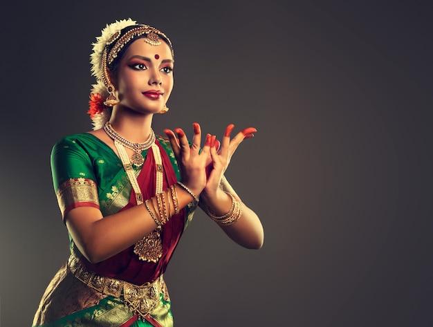 Gesto elegante de mãos, maquiagem clássica e elegante traje de dança indiana. beleza das tradições nacionais