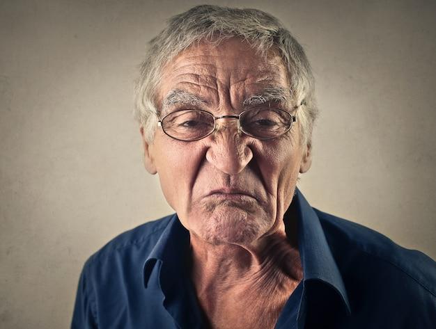Gesto irônico de um homem velho