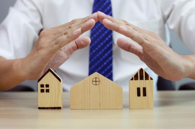 Gesto protetor do homem e modelo da casa