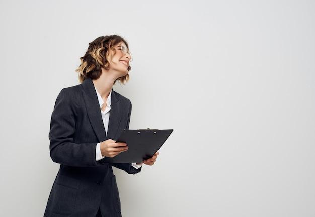 Gestora com documentos em mãos profissionais