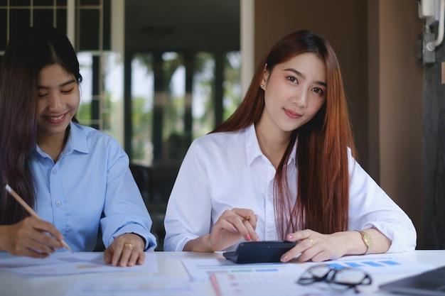 Gestores de fundos pesquisando e analisando o mercado de ações de investimentos por meio de documentos burocráticos. conceito de finanças empresariais.