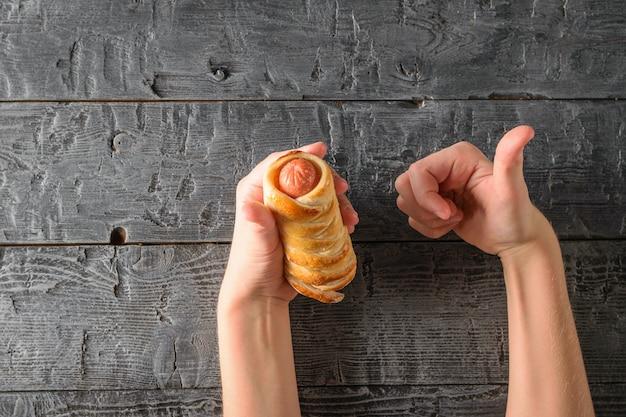 Gestos com as mãos mostram o sabor da linguiça caseira na massa.