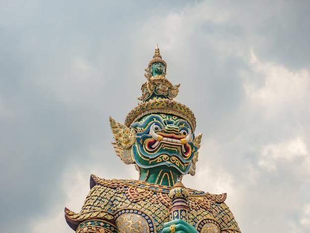 Gigante a frente do portão com o céu de nuvem em wat phrakaew temple bangkok cidade thialand