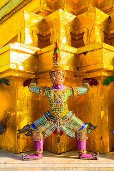 Gigantes do famoso templo esmeralda de bangkok, tailândia