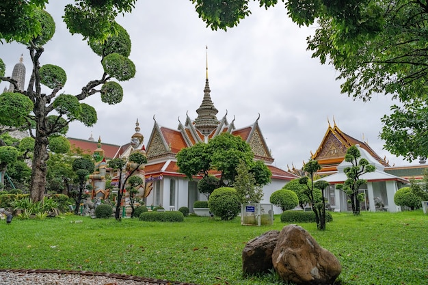 Gigantes na frente da igreja no templo wat arun ratchawararam em bangkok, tailândia.