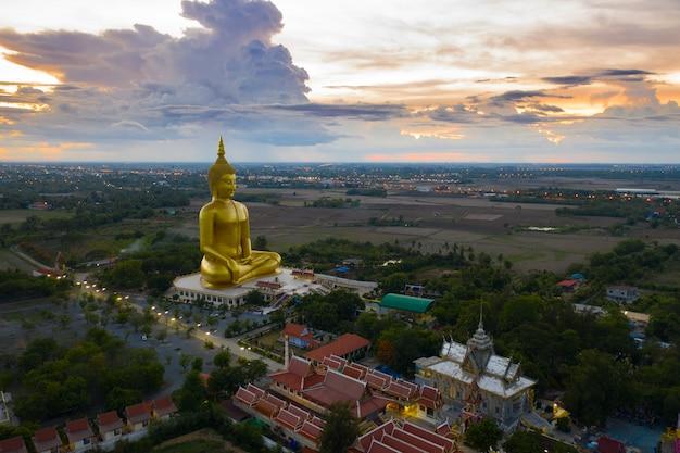 Gilden gigante grande estátua de buda na tailândia