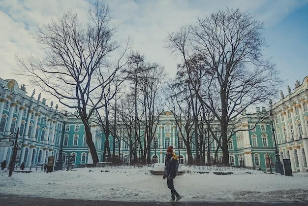 Gilr no palácio de são petersburgo rússia azul