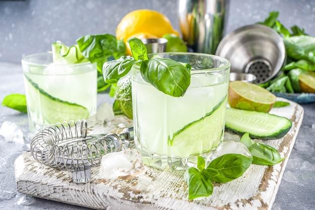 Gim para esmagar manjericão com pepino e coquetel com álcool de vodca. mocktail de verão infundido com folhas frescas de manjericão, frutas cítricas e pepino,