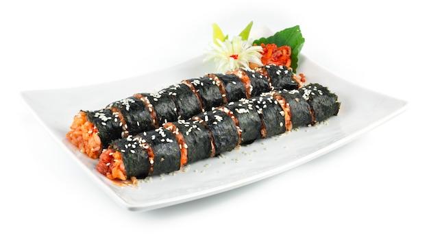 Gimbap kimchi também às vezes soletrado kimbap é a refeição perfeita é um prato de comida de rua caseiro ao estilo coreano servido em fatias pequenas.