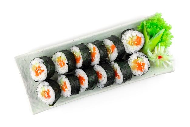 Gimbap salmon também soletra ingredientes kimbap, como vegetais e salmão que são enrolados em folhas secas de algas marinhas. a refeição perfeita é um prato de comida de rua caseiro estilo coreano topview