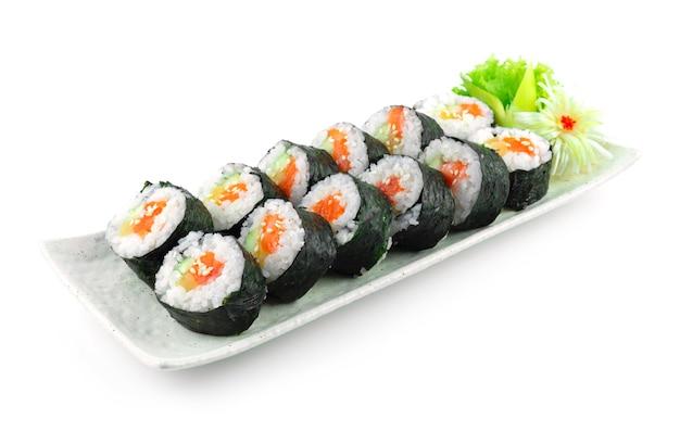 Gimbap salmon também soletra ingredientes kimbap, como vegetais e salmão que são enrolados em folhas secas de algas marinhas. a refeição perfeita é uma comida de rua caseira de estilo coreano vista lateral do prato