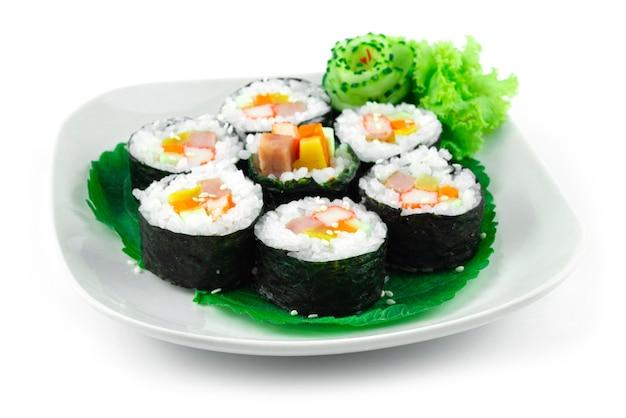 Gimbap também soletra ingredientes kimbap como vegetais, spam ham que são enrolados em folhas secas de algas marinhas é a refeição perfeita é uma comida de rua caseira estilo coreano vista lateral do prato