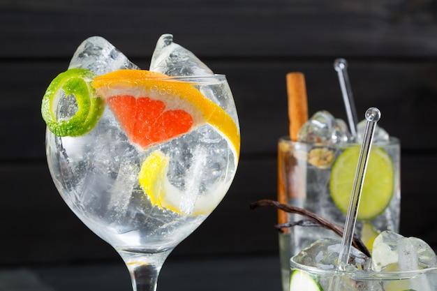 Gin tonic cocktails variados com lima limão e toranja