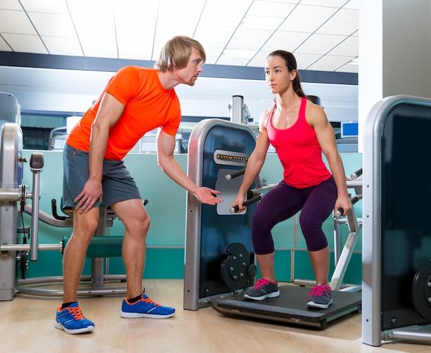 Ginásio agachamento máquina exercício treino mulher se encaixam