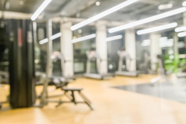 Ginásio de fitness turva para o fundo de equipamentos de exercício