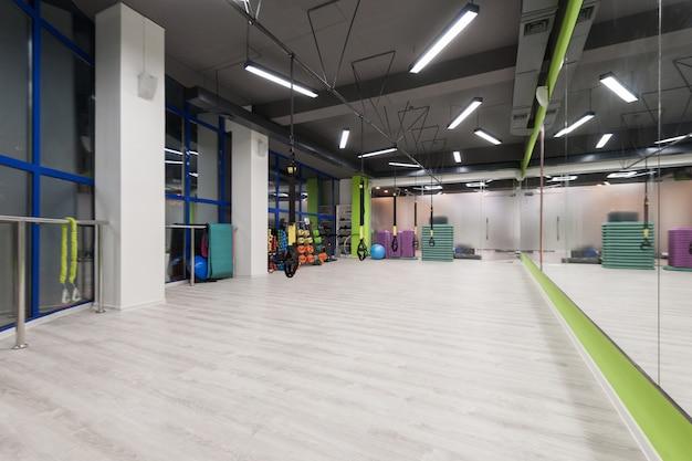 Ginásio e sala de fitness com equipamento trx. interior de um pavilhão desportivo