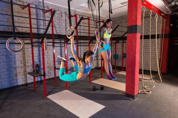 Ginásio meninas músculo ups anéis balançando treino