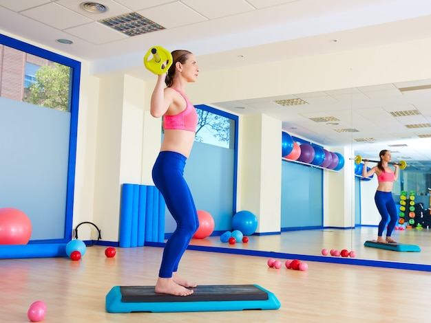 Ginásio mulher barra squats exercício treino
