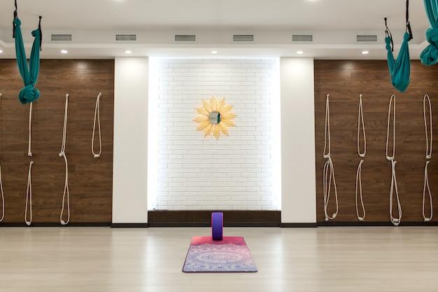 Ginásio vazio da ioga e da aptidão. esporte playground interrior