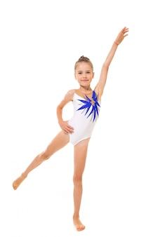 Ginasta linda garota de meia-calça fazer alguns exercícios na parede branca