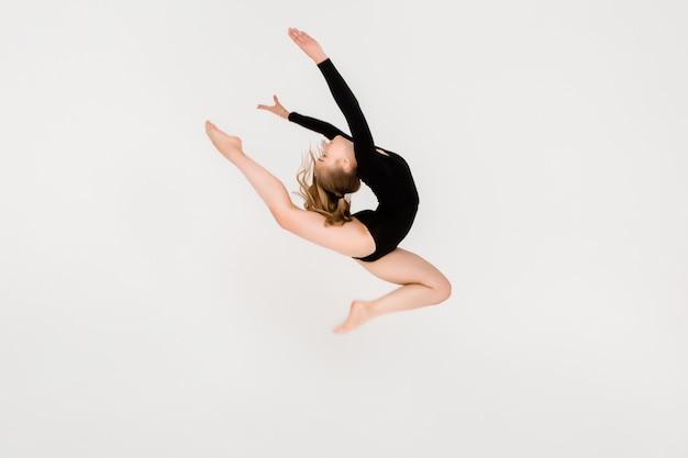 Ginasta linda jovem, uma jovem garota está envolvida em ginástica