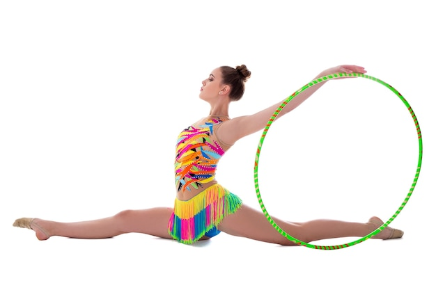 Ginasta linda mulher desportiva posando com aro isolado no fundo branco