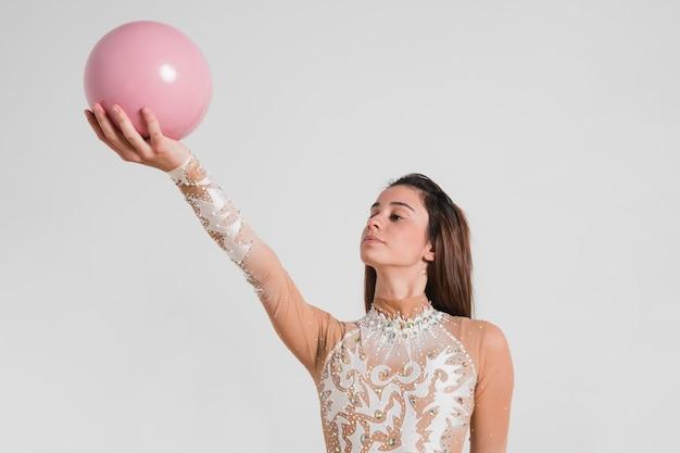 Ginasta rítmica posando com a bola