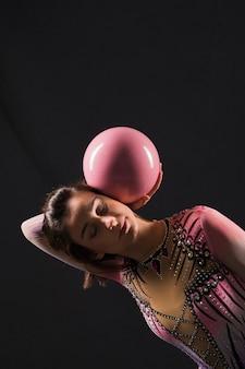 Ginasta usando a bola