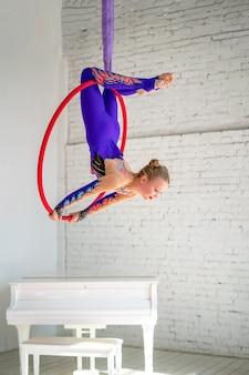 Ginástica aérea no círculo, uma menina fazendo exercícios