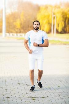Ginástica. cansado homem corredor resto depois de correr na cidade stree