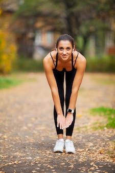Ginástica. mulher, fazendo, exercício exercício, ligado, rua