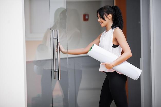 Ginástica. treinamento de mulher bonita jovem esporte fazendo yoga