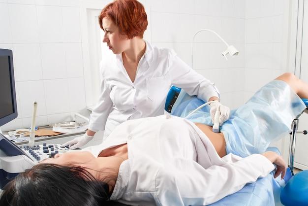 Ginecologista fazendo a ultra-sonografia