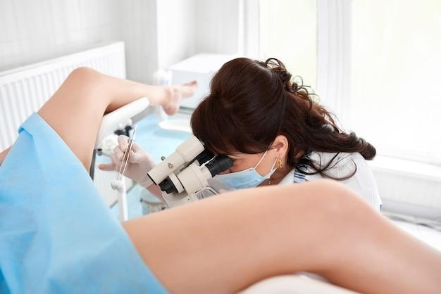 Ginecologista profissional examinando seu paciente