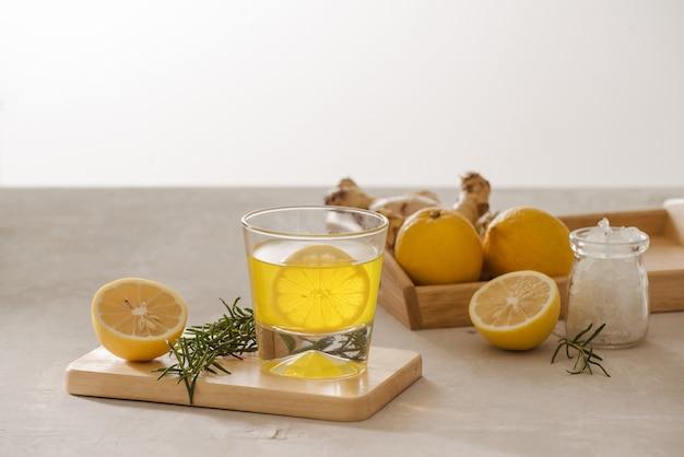Ginger ale ou kombucha in bottle - bebida probiótica orgânica de gengibre e limão caseiro, copie o espaço.