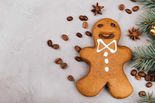 Gingerbread, grãos de café e abeto estão no chão cinzento