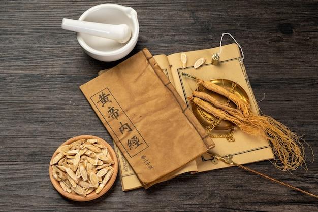 Ginseng e medicina tradicional chinesa na mesa Foto Premium