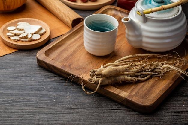 Ginseng e xícara de chá estão na mesa