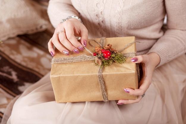 Gir bonita com caixa de presente de natal