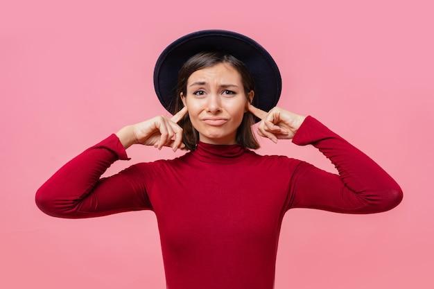 Gir confusa cobriu os ouvidos com os dedos pessoas, conceito de linguagem corporal.
