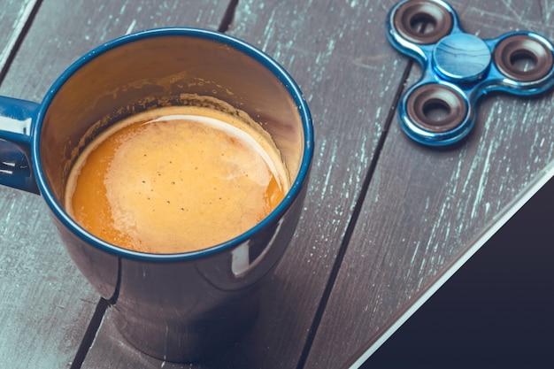 Girador, telefone e café na mesa de madeira