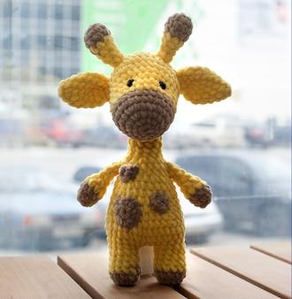 Girafa amarela de crochê amigurumi. brinquedo artesanal de malha.