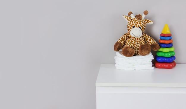 Girafa de pelúcia infantil e fraldas de bebê