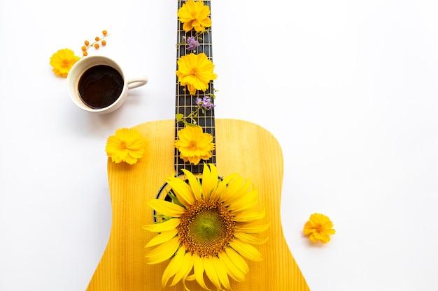 Girassóis cosmos arranjo de flores em estilo de cartão postal de guitarra