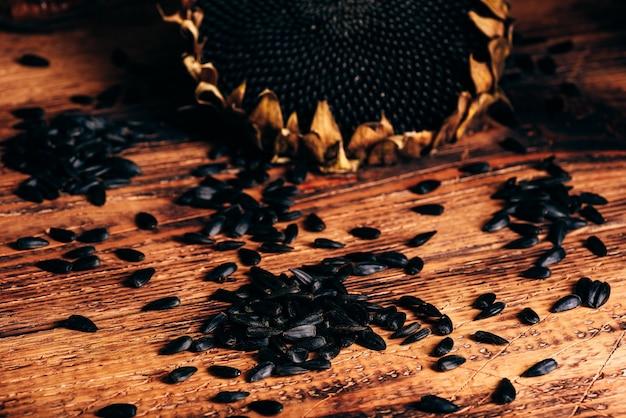 Girassol seco e sementes torradas na velha mesa de madeira